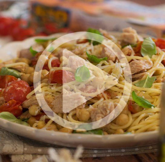Špageti s češnjevim paradižnikom, čičeriko in tunino