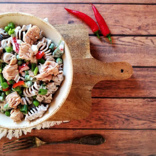 Kremna polnozrnata testeninska solata s tuno, grahom in čilijem