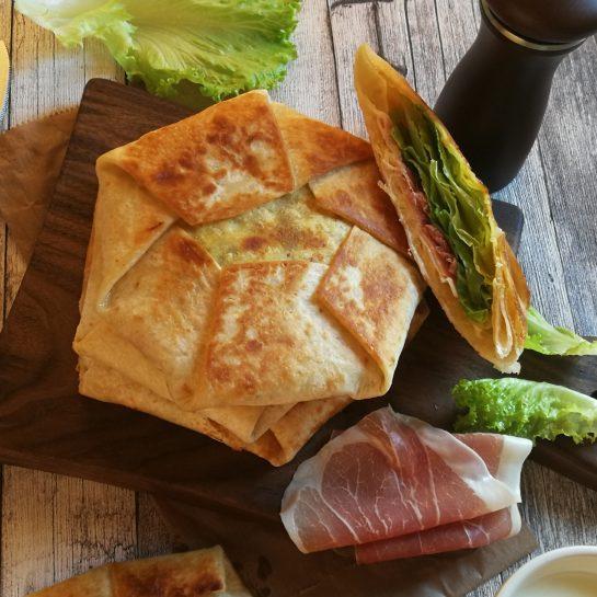 Tortilja sendviči s pršutom, kislo smetano in zeleno solato