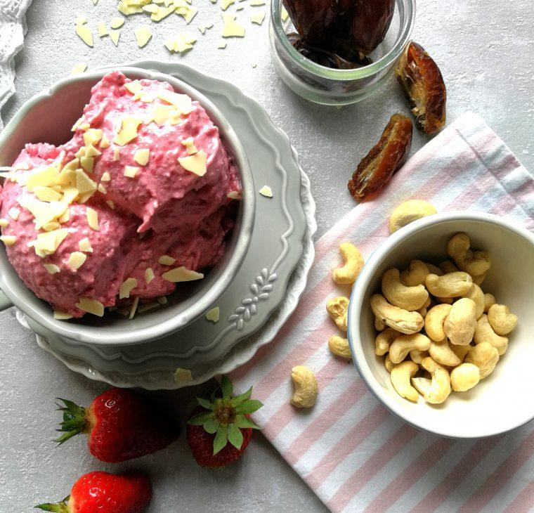 Nekaj minutni veganski kremasti jagodni sladoled iz treh sestavin in brez sladkorja