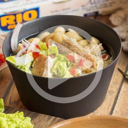 Lahka pomladna juha z belim fižolom, kitajskim zeljem, rezanci in tuno