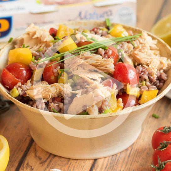 Poletna pisana solata s tremi vrstami riža, papriko in tunino