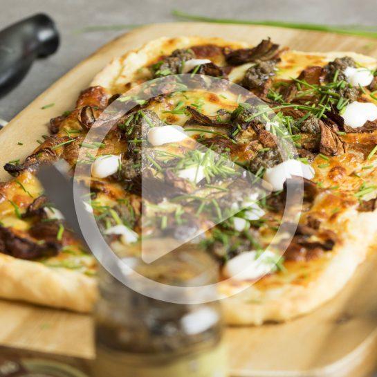 Gurmanska pica z nekvašenim testom, tartufi in jurčki
