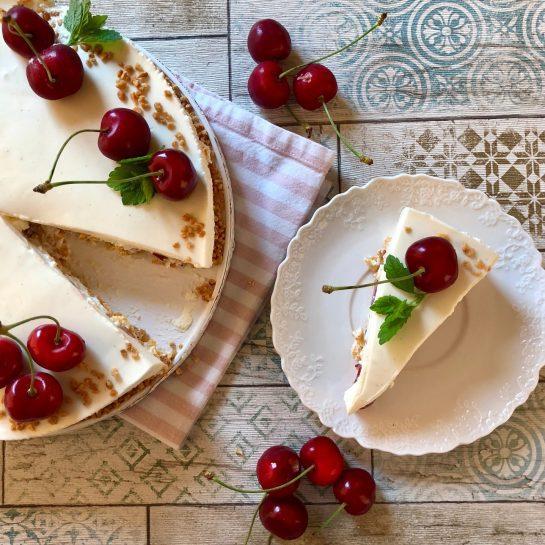Belo čokoladna mousse torta s koruznimi kosmiči/cornflakes in svežimi češnjami