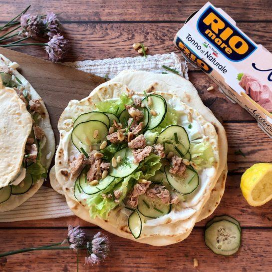 Grški giros s feta namazom, tunino in pinjolami