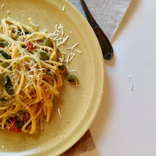 Preprosti špageti s šparglji, bučko in paradižnikom – pripravljeni v enem loncu