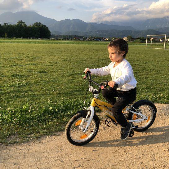Recenzija otroško kolo Woom in pomožna kolesa