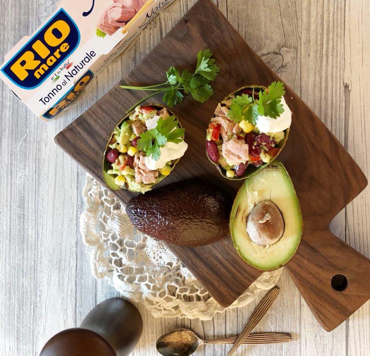 Nadevane mehiške avokado skledice s tunino, fižolom in koruzo