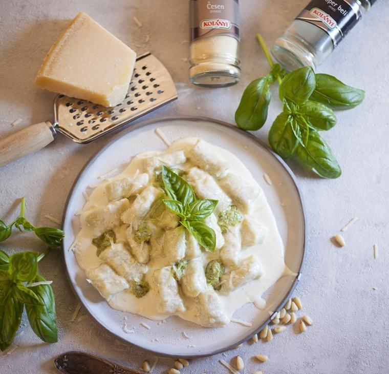 Krompirjevi njoki s pestom alla Genovesse v smetanovi česnovi omaki
