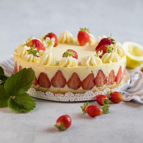 Jagodna torta z vanilijevo kremo in biskvitnim dnom
