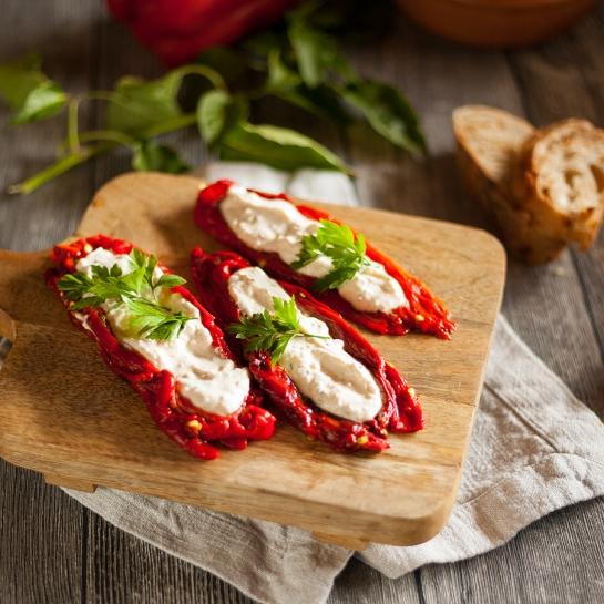 Pečene paprike nadevane z grškim skutnim feta nadevom