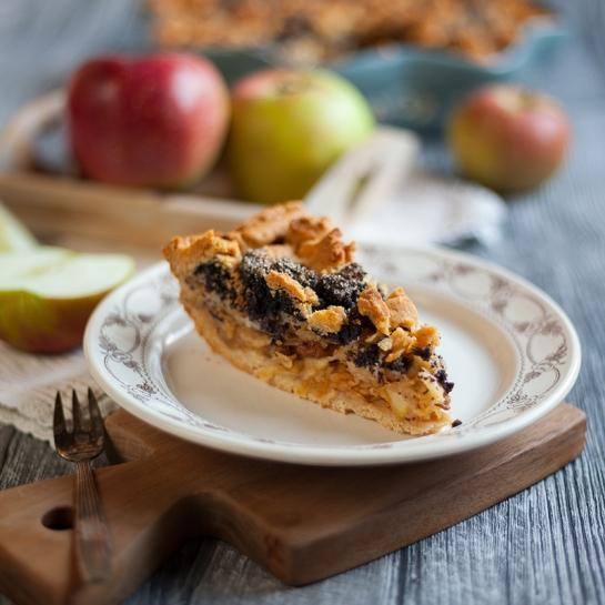 Polnozrnata jabolčna pita z rozinami in makom