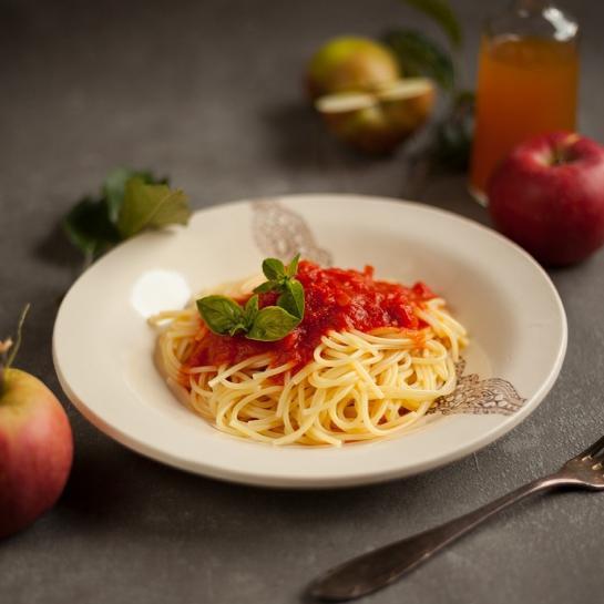 Brezglutenski špageti v paradižnikovi omaki z jabolčnikom