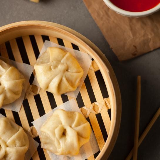 Soparjeni mesni wontoni ali cmočki s kitajskim zeljem