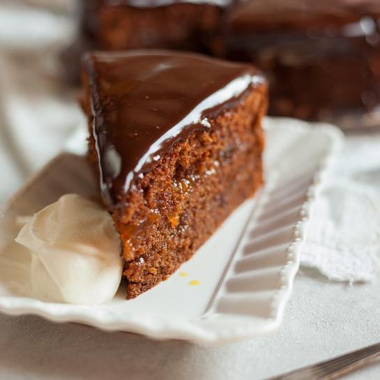 Klasična Sacher torta z domačo marelično marmelado