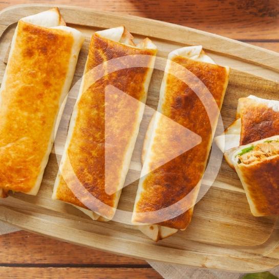 Zapečeni topli tortiljini zvitki s špinačo, skušo in zeleno pomako