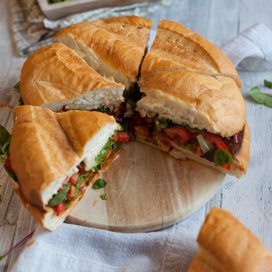 Ogromni deljen kruh sendvič s skušo za zabave