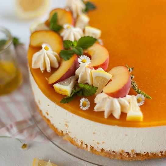 Breskvina medena torta z brezjajčnim biskvitom
