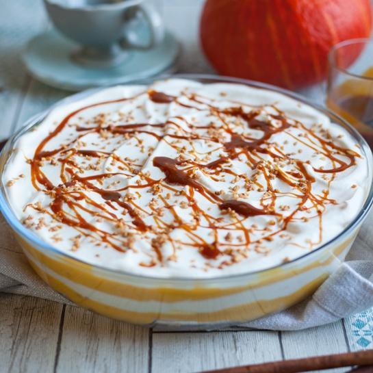 Smetanova sestavljena torta s pudingom iz hokaido buče in karamelo
