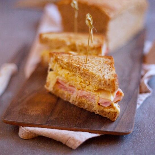 Preprost Reubenov sendvič s kislim zeljem in domačo lahko omako tisočerih otokov