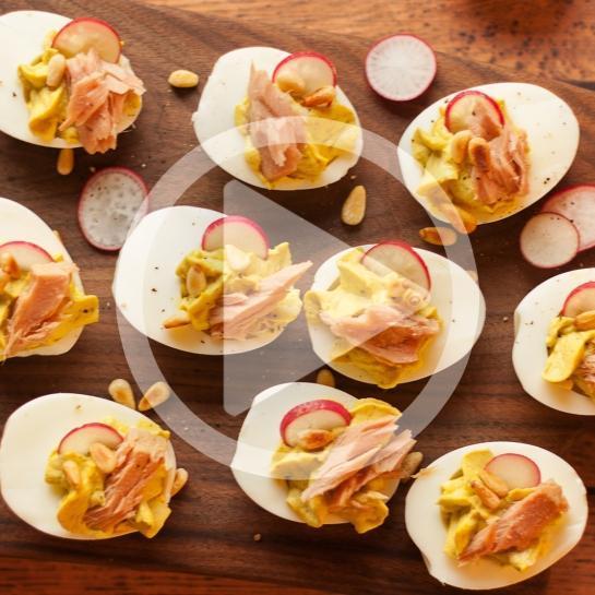 Nadevana jajca z grahovim pirejem, tuno in pinjolami