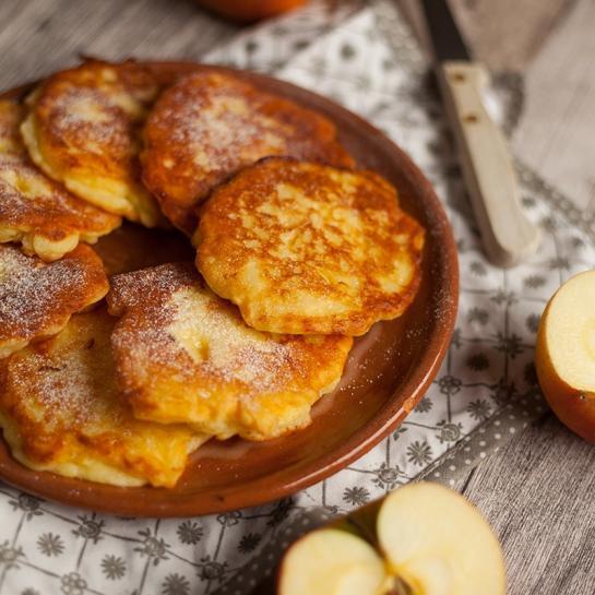 Brezglutenski Oladji – ruski sirniki z jabolkom in jogurtom