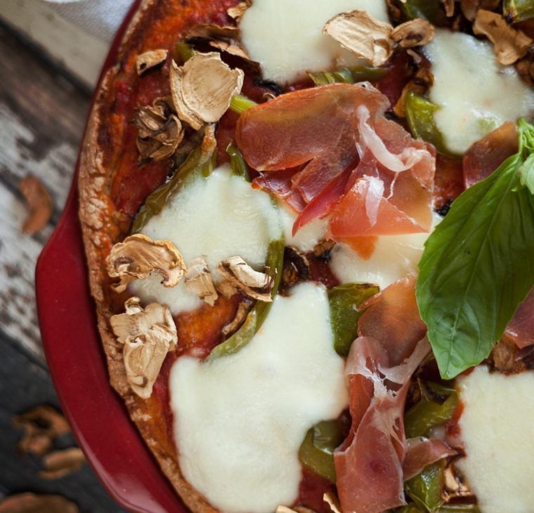 Polnozrnata pica s suhimi šampinjoni, papriko in pršutom