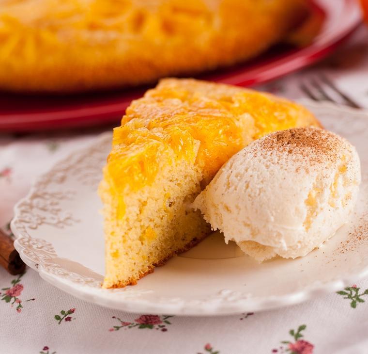Narobe obrnjen medeni kolač s pomarančami in cimetom