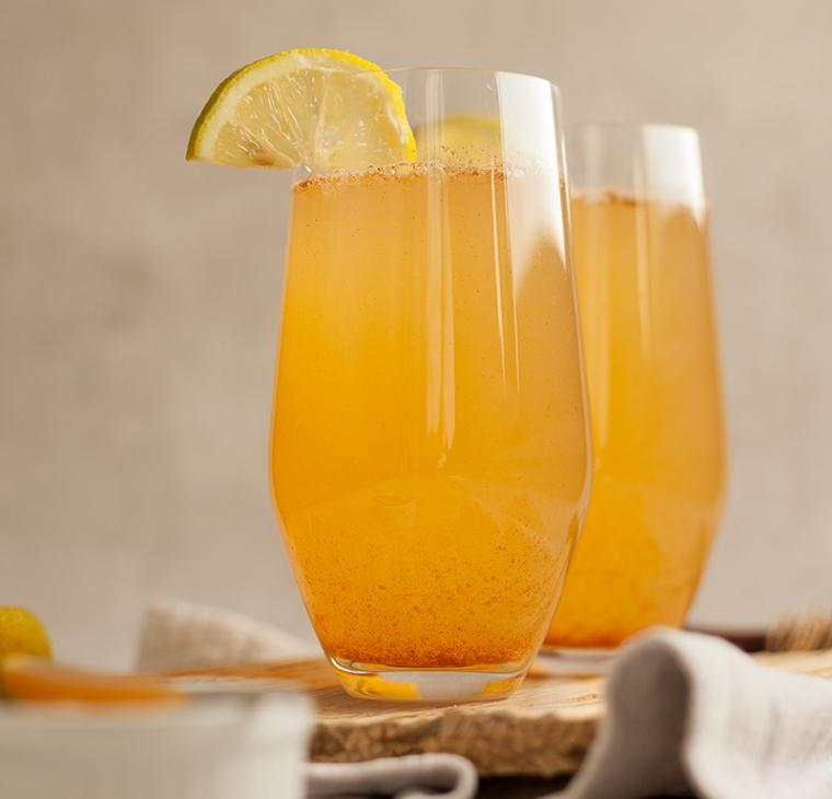 Detox topla limonada z manuka medom, cimetom in ingverjem