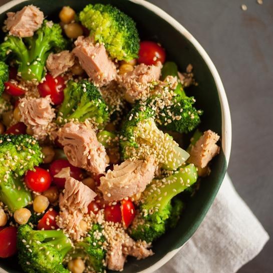 Brokoli solata s tunino, brokoli prelivom in sezamom