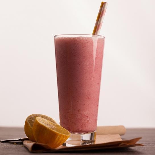 Proteinski napitek z malinami, limonado in banano