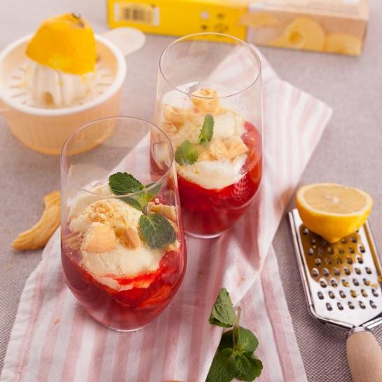Valentinov minutni jagodni kompot z vanilijevim sladoledom in piškoti