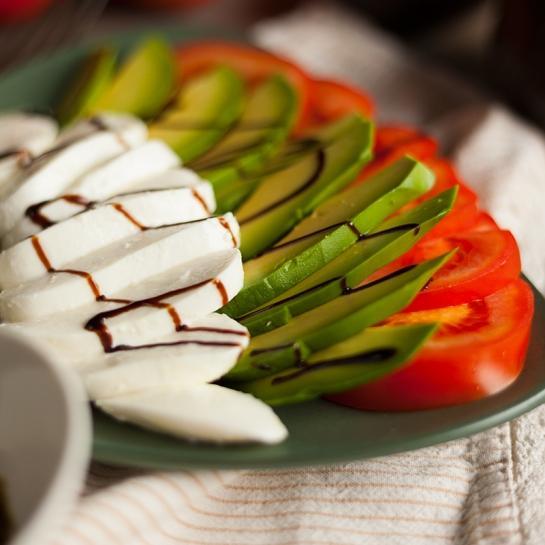 Caprese solata z avokadom, balzamičnim kisom in pesto pomako