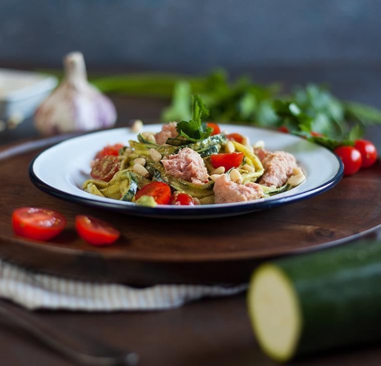 Sveži bučkini špageti s peteršiljevim pestom, svežim češnjevcem in tunino