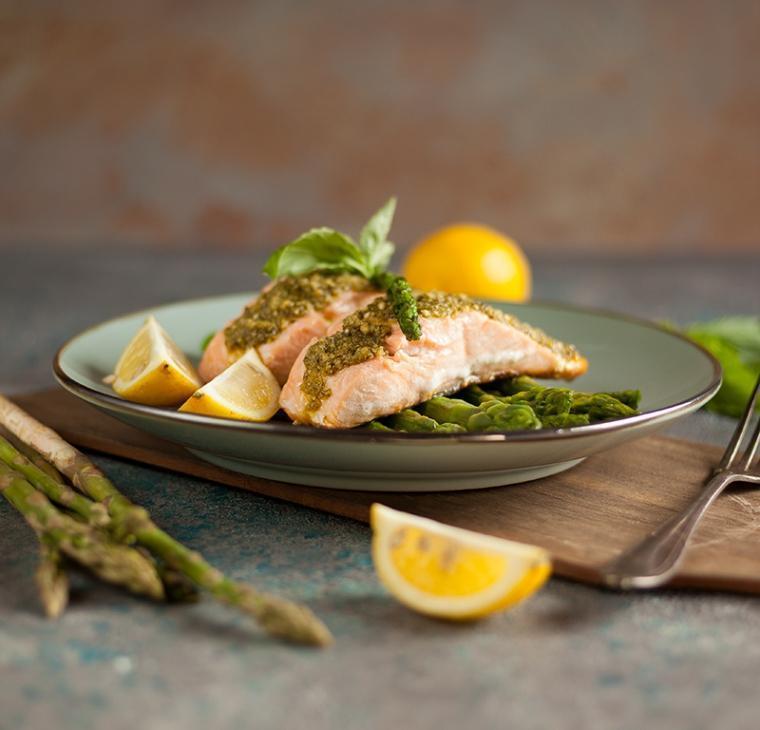 Spomladanski losos s pestom in šparglji