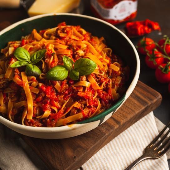 One pot zelenjavna bolonjska omaka z mleto govedino in ajvarjem
