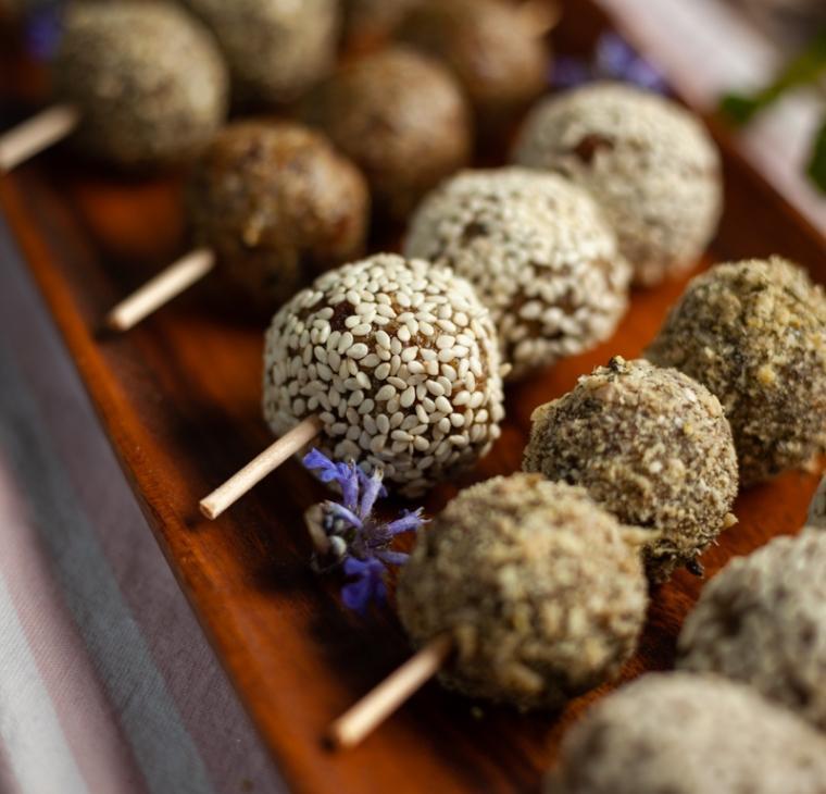 Datljeve energijske kroglice s semeni