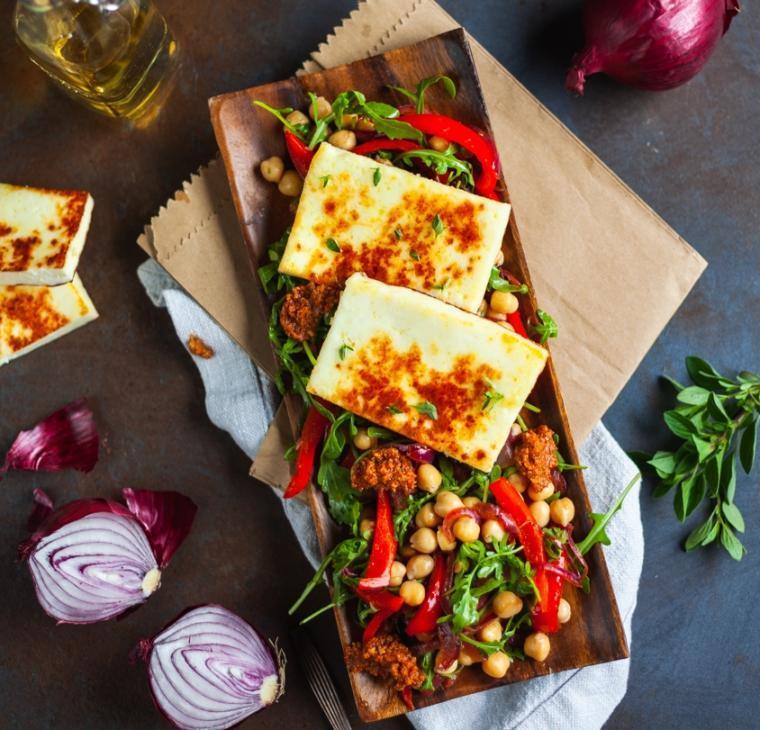Medeno kisla solata s čičeriko, sirom z žara in papriko