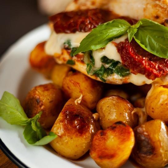 Polnjeni piščančji žepki z mocarelo, blitvo in suhimi paradižniki
