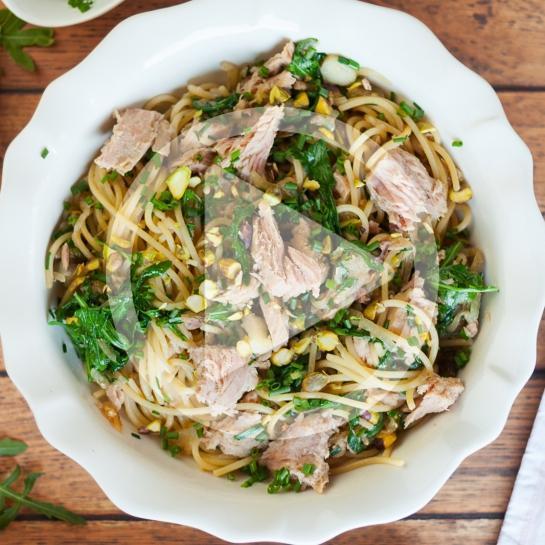 Špageti s pokuhano čebulo, pistacijami, rukolo in tunino