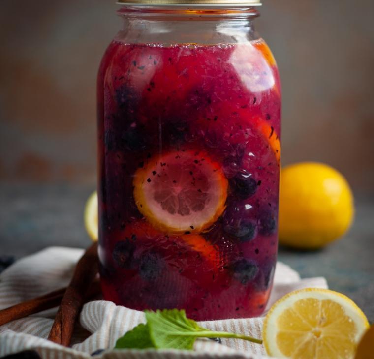 Borovničeva limonada s cimetom in brez dodanega sladkorja