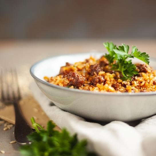 Rižota iz rjavega riža z rdečim vinom in mleto govedino