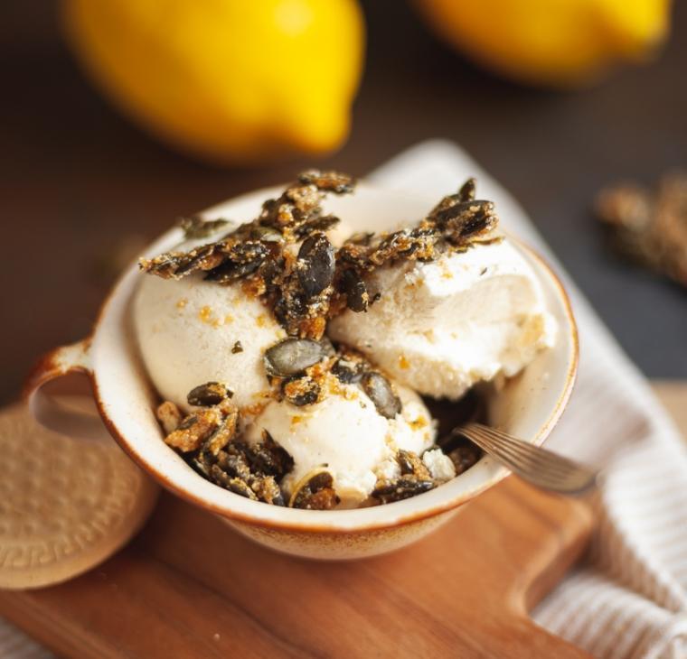 Vanilijev limonin sladoled s hrustljavimi bučnimi semeni in piškoti