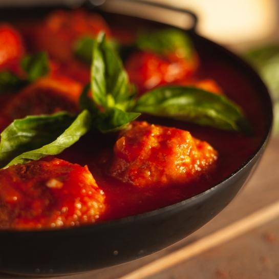 Piščančji čufti s pestom v paradižnikovi omaki
