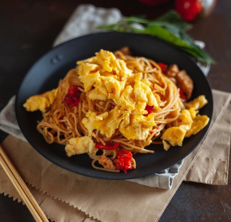 Praženi brezglutenski špageti z azijskim navdihom