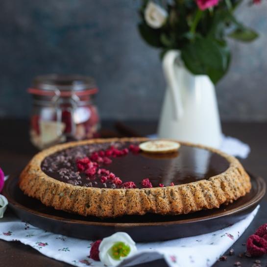 Piškotna makova pita s čokoladnim ganachem