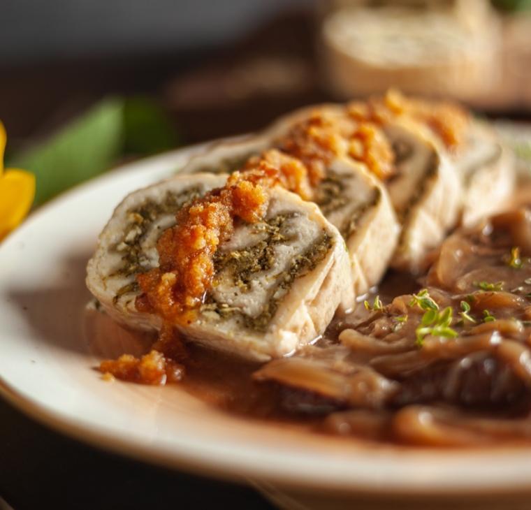 Goveji zrezki v vinski omaki s špinačnimi polnozrnatimi štruklji