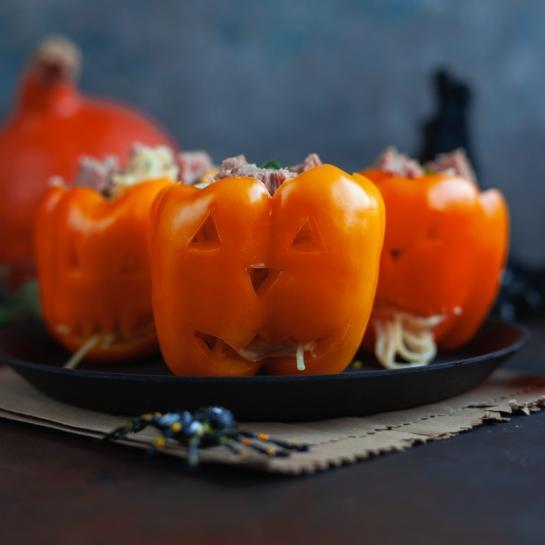 Izrezljane paprike za noč čarovnic nadevane s tuninimi špageti