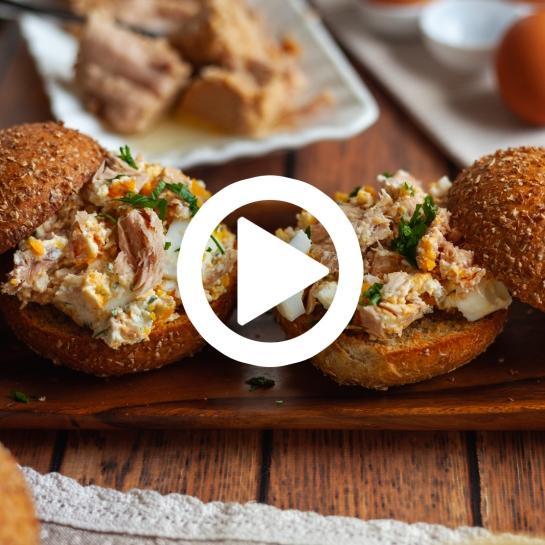 Polnozrnati krostini bombetki s tunino in jajčno solato