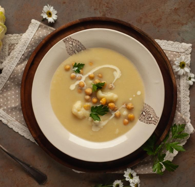 Kremna cvetačina porova juha s čičeriko
